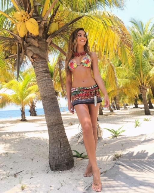 Lara-Alvarez-supervivientes-ory-estampado-floral-entre-los-mejores-bikinis-del-2021